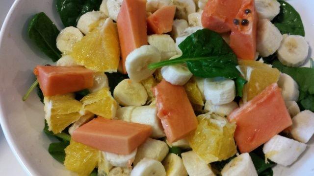 épinards, bananes, oranges et papaye