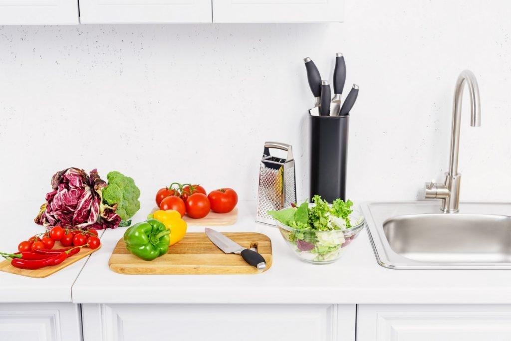 évier de cuisine et fruits et légumes